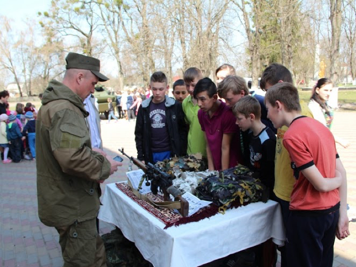 Військові з Нетішина зі зброєю і спорядженням приїхали у сільську школу на Ізяславщині - фото 3