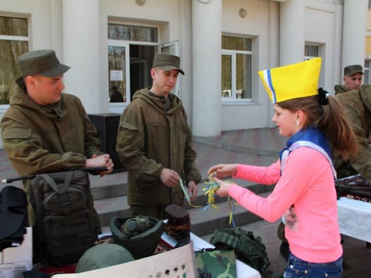 Військові з Нетішина зі зброєю і спорядженням приїхали у сільську школу на Ізяславщині - фото 1