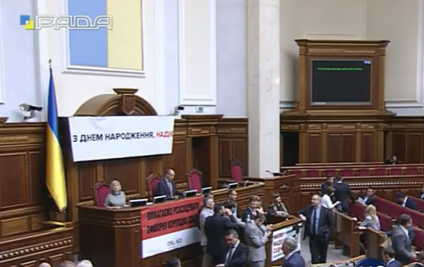 Вітальні плакати і заблокована трибуна: Як у Раді вітають Надію Савченко із 35-річчям - фото 2