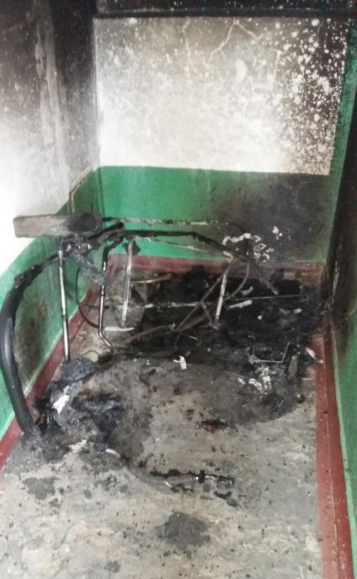На Запоріжжі у під'їзді підпалили дитячі візочки  - фото 1