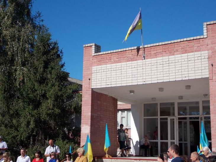 На Херсонщині шкільна лінійка відбулася під розірваним українським знаменом - фото 2