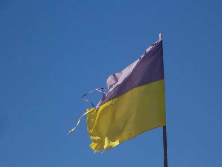 На Херсонщині шкільна лінійка відбулася під розірваним українським знаменом - фото 1