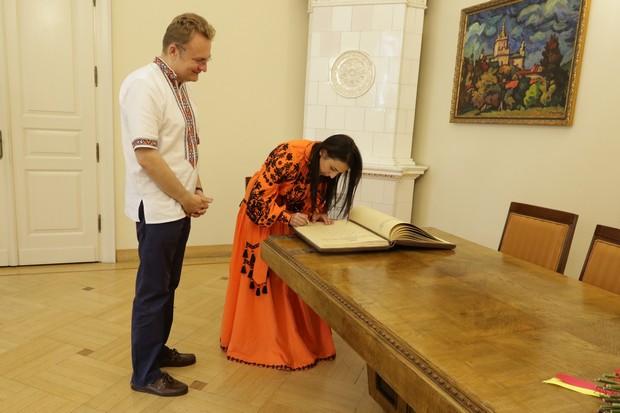 Джамала залишила запис у Книзі почесних гостей Львова - фото 3