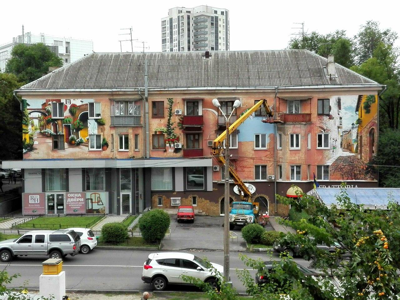 У центрі Харкова розмальовують старий будинок   - фото 1