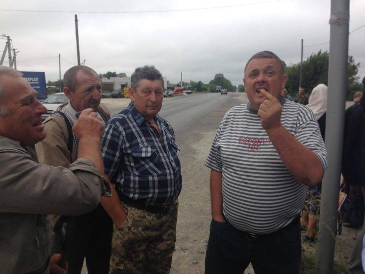 Селяни Правдівки відмінили перекриття дороги - шукатимуть правду на сільському сході - фото 2