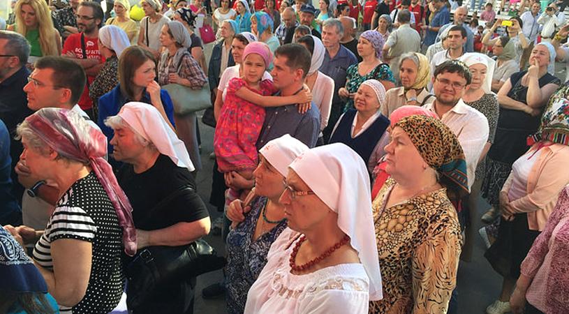 Як московські попи з озвірілим натовпом бабусь влаштували погром на концерті радіостанції (ФОТО, ВІДЕО) - фото 4