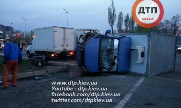 У Києві зіткнулися дві вантажівки, обидва водії були п'яні - фото 1