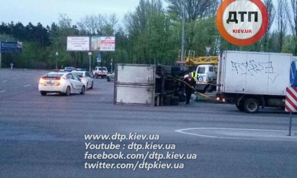 У Києві зіткнулися дві вантажівки, обидва водії були п'яні - фото 3