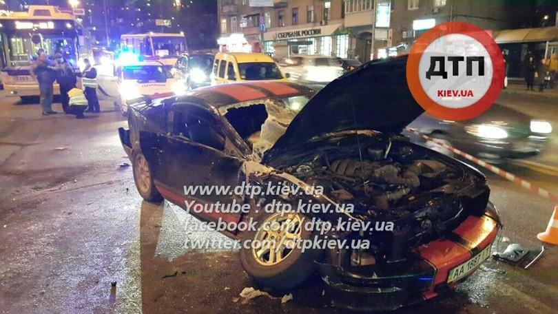 В Києві лоб в лоб зіткнулися маршрутка з Ford Mustang: 8 постраждалих - фото 1