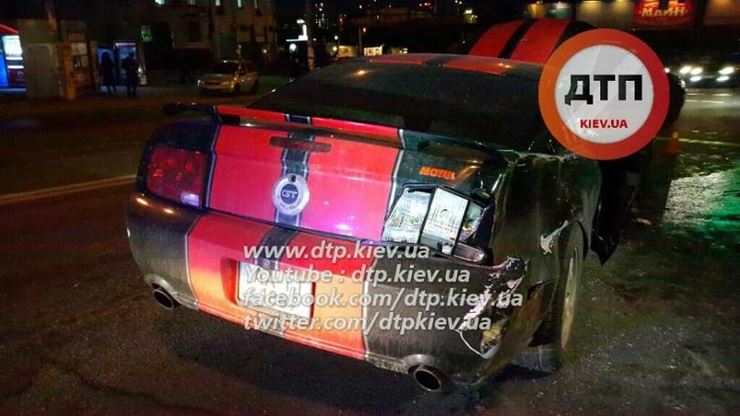 В Києві лоб в лоб зіткнулися маршрутка з Ford Mustang: 8 постраждалих - фото 2