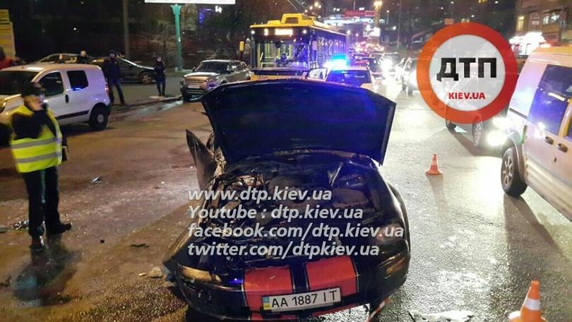 В Києві лоб в лоб зіткнулися маршрутка з Ford Mustang: 8 постраждалих - фото 3