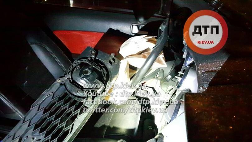 В Києві лоб в лоб зіткнулися маршрутка з Ford Mustang: 8 постраждалих - фото 4