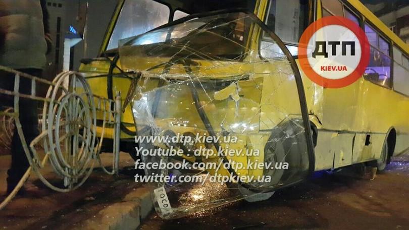 В Києві лоб в лоб зіткнулися маршрутка з Ford Mustang: 8 постраждалих - фото 5