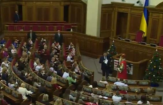 Новорічне засідання Ради: Як діти загиблих бійців АТО голосували за мир і європейську Україну - фото 4