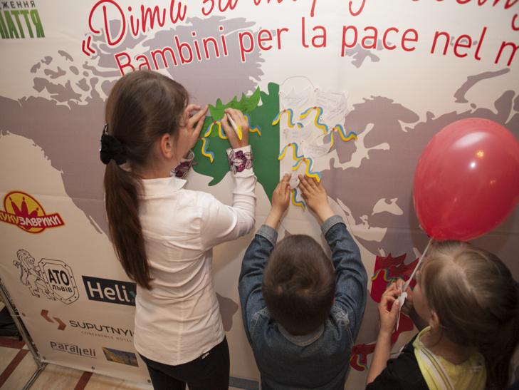 Хмельницькі діти з паперових голубів зробили карту Італії - фото 2