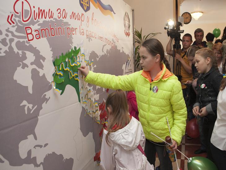 Хмельницькі діти з паперових голубів зробили карту Італії - фото 3