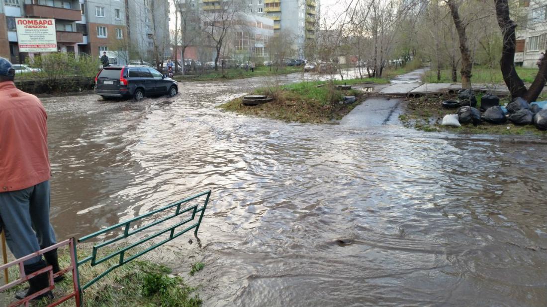 На Росії місто, у якому за наказом Путіна ремонтували дороги, потонуло у багнюці (ВІДЕО) - фото 3