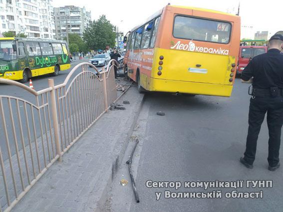 У Луцьку маршрутка на швидкості врізалась у рекламний щит: є поранені - фото 2