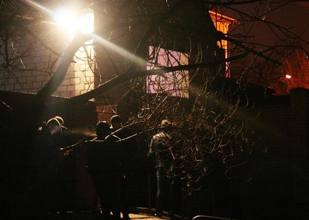 Біля розстріляного будинку в Запоріжжі працюють криміналісти  - фото 2