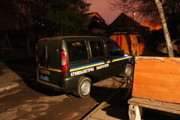 Біля розстріляного будинку в Запоріжжі працюють криміналісти  - фото 1