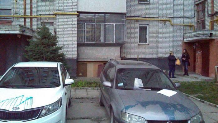 У Львові невідомі обливають зеленкою дорогі іномарки  - фото 1