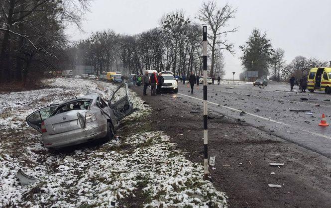 На трасі Київ-Чоп автомобіль врізався в автобус: є загиблі і постраждалі - фото 1