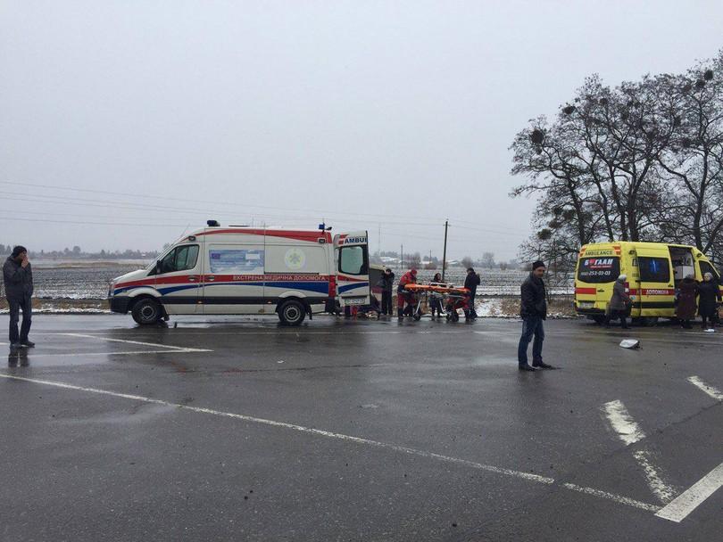 На трасі Київ-Чоп автомобіль врізався в автобус: є загиблі і постраждалі - фото 2