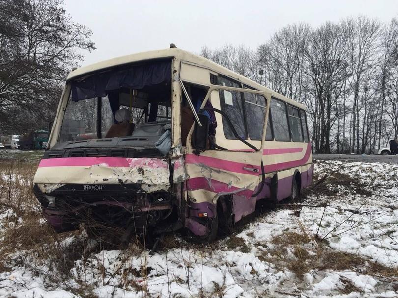 На трасі Київ-Чоп автомобіль врізався в автобус: є загиблі і постраждалі - фото 3