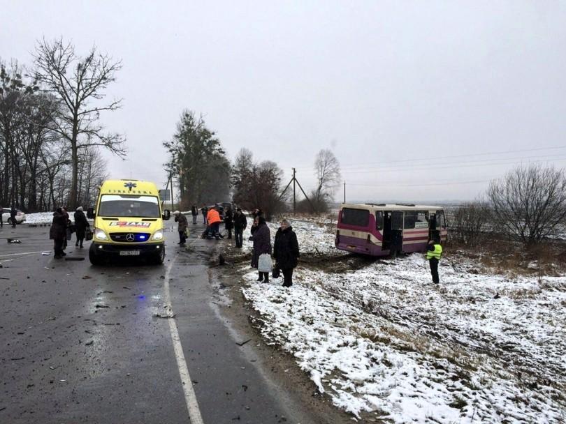 На трасі Київ-Чоп автомобіль врізався в автобус: є загиблі і постраждалі - фото 4