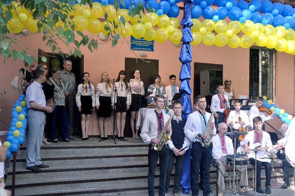 Українські школярі хочуть замість випускного допомогти бійцям АТО - фото 5