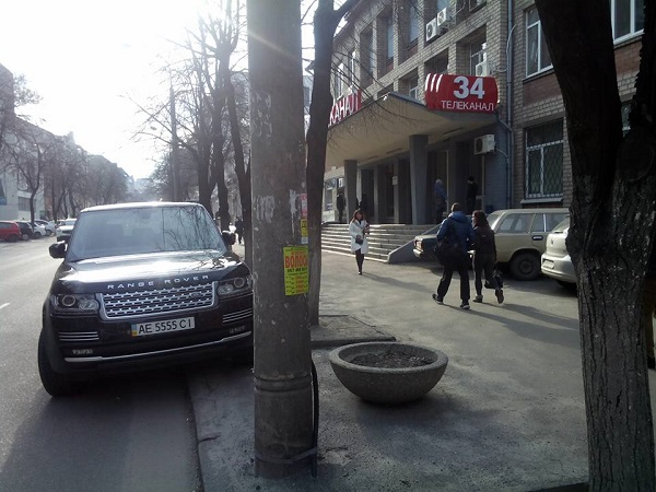 """Кортеж секретаря Дніпропетровської міськради оштрафували, поки він """"піарився"""" - фото 1"""