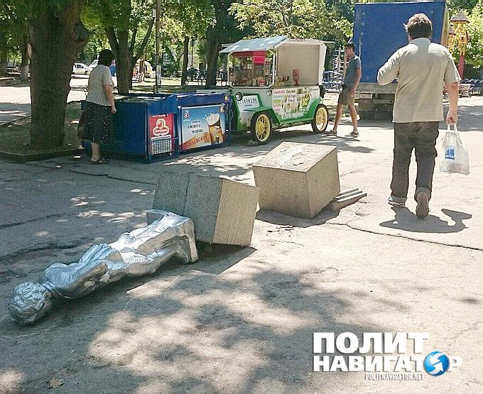 У Криму повалили маленького Леніна - фото 1