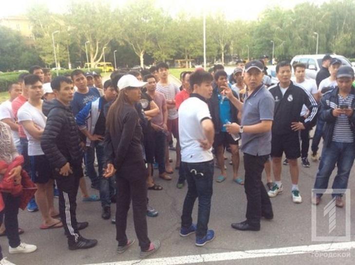 Як Одесі в'єтнамці протестують під ОДА через обшуки - фото 1