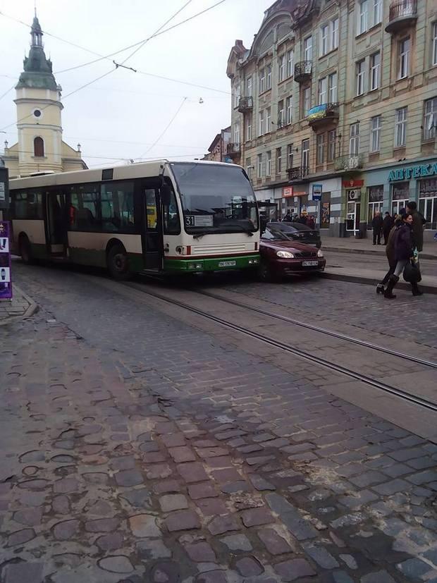 У центрі Львова маршрутка вчинила ДТП - фото 1