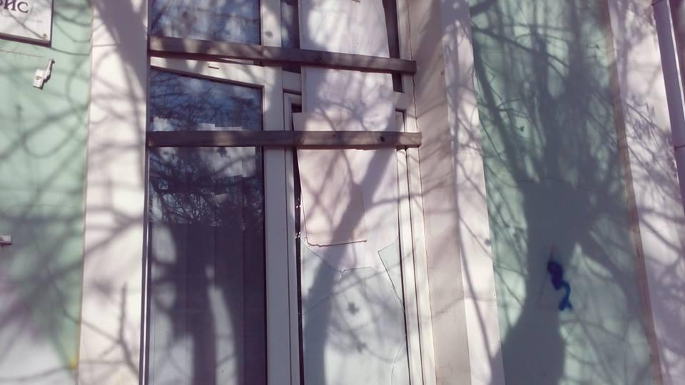У Сімферополі невідомі побили вікна в офісі Меджлісу - фото 1