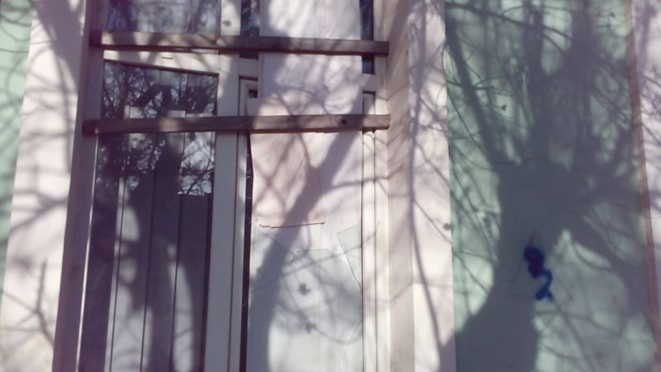 У Сімферополі невідомі побили вікна в офісі Меджлісу - фото 3