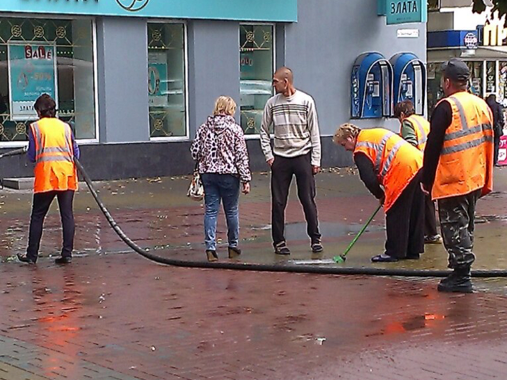 Хмельницький миють швабрами - фото 1