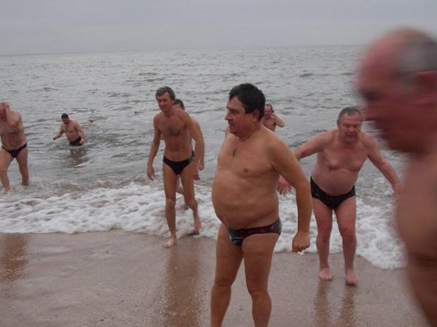 """Десятки """"моржів"""" занурилися в Азовське море  - фото 2"""