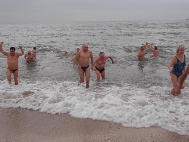 """Десятки """"моржів"""" занурилися в Азовське море  - фото 1"""