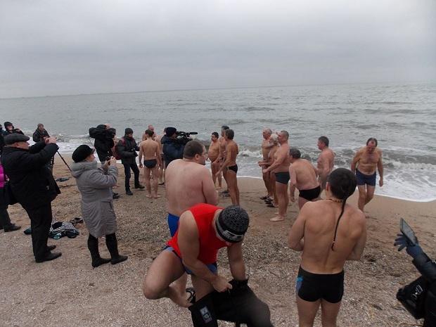 """Десятки """"моржів"""" занурилися в Азовське море  - фото 4"""