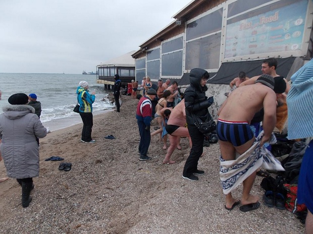 """Десятки """"моржів"""" занурилися в Азовське море  - фото 5"""