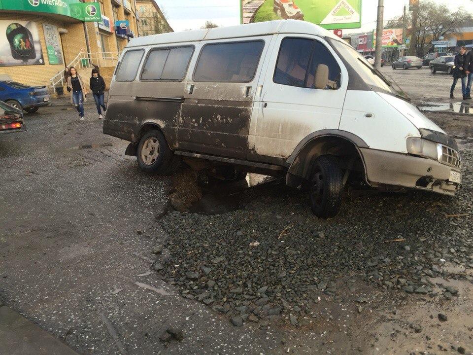 На Росії місто, у якому за наказом Путіна ремонтували дороги, потонуло у багнюці (ВІДЕО) - фото 4