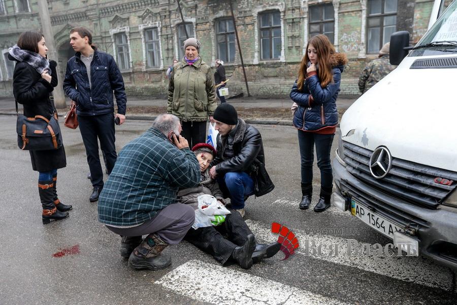 В Запоріжжі водій маршрутки збив жінку на пішохідному переході - фото 1