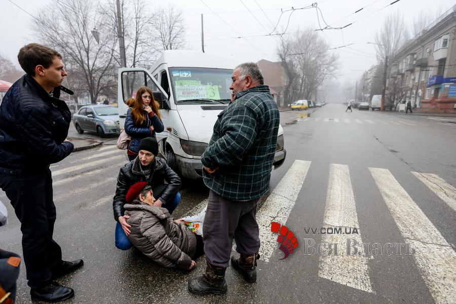 В Запоріжжі водій маршрутки збив жінку на пішохідному переході - фото 2