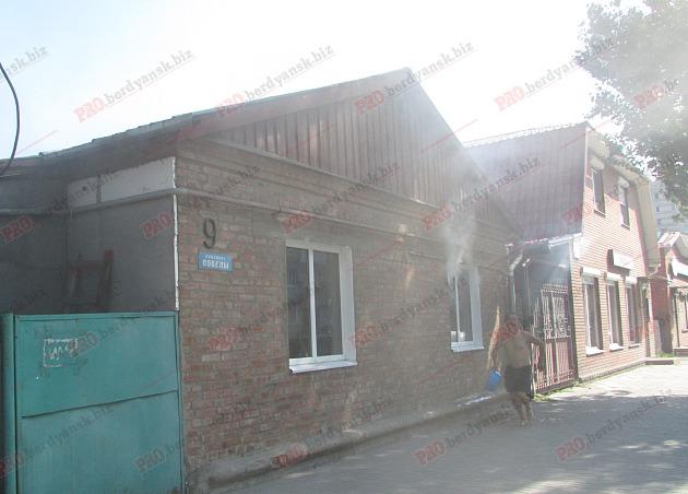У Бердянську пожежу в житловому будинку гасили усією вулицею - фото 2
