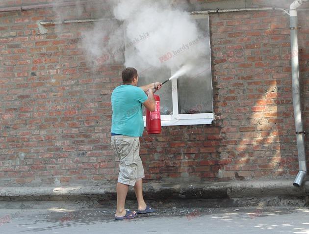 У Бердянську пожежу в житловому будинку гасили усією вулицею - фото 4