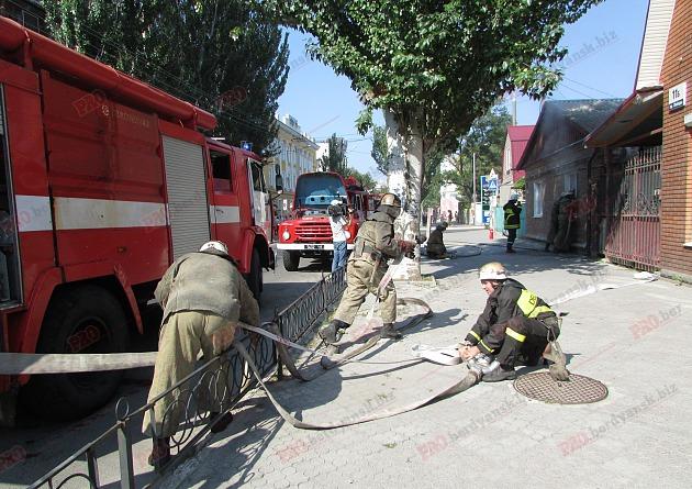 У Бердянську пожежу в житловому будинку гасили усією вулицею - фото 5