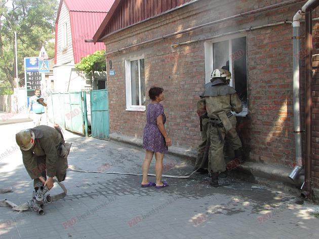 У Бердянську пожежу в житловому будинку гасили усією вулицею - фото 6