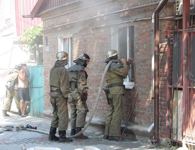 У Бердянську пожежу в житловому будинку гасили усією вулицею - фото 7