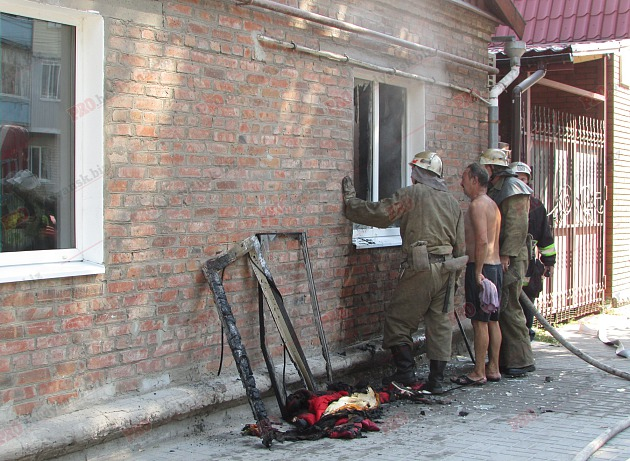 У Бердянську пожежу в житловому будинку гасили усією вулицею - фото 9